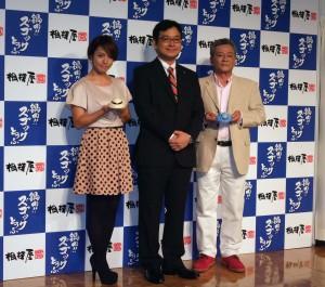 左からタレントの磯山さやかさん、相模屋食料鳥越淳司社長、声優の池田秀一さん